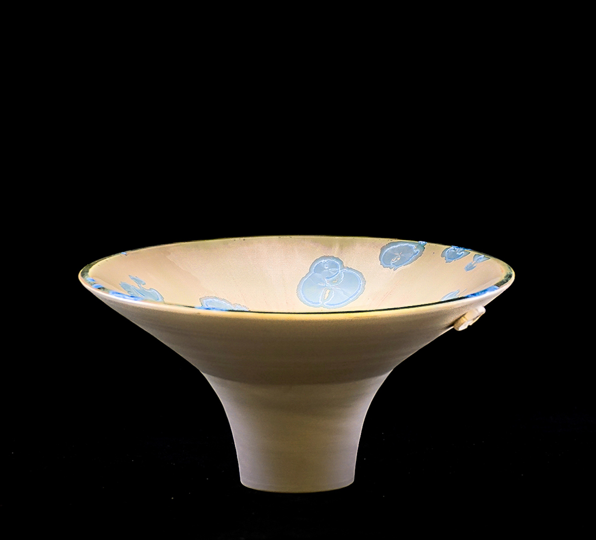 Lotta Kvist Konsthantverk | Drejat porslin, kristallglasyr H12 x B24 x D24 cm 2 800 kr lottakvistart.com