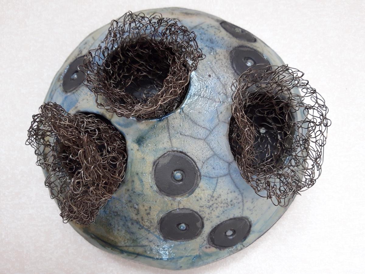 Annica Johansson Relief | Rakubränd keramik, metall 19 x 19 x 9 cm 2 200 kr instagram.com/annicajohansson_keramik